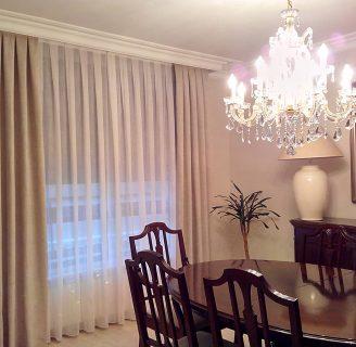 Como hacer unos visillos para el salón, combinándola con cortinas livianas.